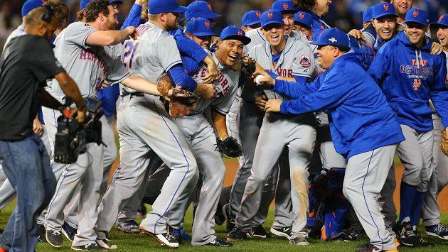 Baseballisté New York Mets se radují z postupu nad Chicagem.