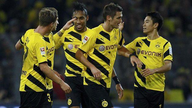 Fotbalisté Dortmundu se radují z vlastního gólu, který si vstřelil záložník Mönchengladbachu Christoph Kramer.