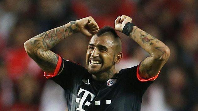 Arturo Vidal z Bayernu se raduje z vyrovnávací branky proti Benfice.