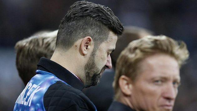 Milan Srníček, bratr zesnulého brankáře Pavla, během minuty ticha v Newcastlu před zápasem s Manchesterem United.