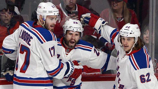 Hokejisté newyorských Rangers smetli Montreal v zahajovacím utkání 3. kola play off. Na snímku Moore, střelec úvodní branky St. Louis a Hagelin.