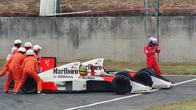Hanlivé gesto Ayrtona Senny na Alaina Prosta po vzájemné kolizi při Velké ceně Japonska v roce 1989 jasně vypovídá, že vztahy obou jezdců McLarenu byly napjaté.