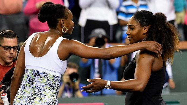 Venus (vlevo) a Serena Williamsovy po zápase na turnaji v Indian Wells.