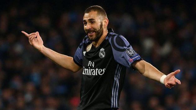 Útočník Realu Madrid Karim Benzema se během první půle odvety osmifinále Ligy mistrů v Neapoli hodně divil. Italský tým vedl 1:0.