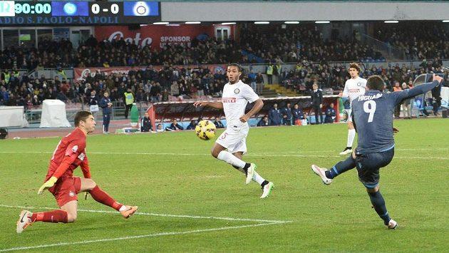 Neapolský útočník Gonzalo Higuaín (vpravo) střílí ve čtvrtfinále italského poháru gól do sítě Interu Milán.