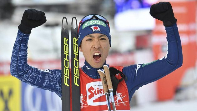 Japonský sdruženář Akito Watabe oslavuje třetí triumf v Seefeldu.