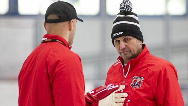 Zahájení přípravy hokejistů Hradce Králové. Zleva asistent trenéra David Kočí a hlavní trenér Vladimír Růžička.