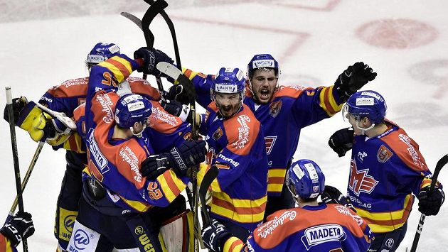 Hokejisté Českých Budějovic se radují z výhry v utkání 1. kola baráže o hokejovou extraligu na ledě Pardubic.