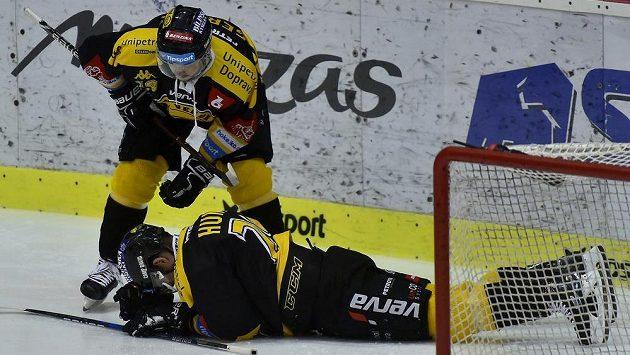 Litvínovský útočník František Gerhát se sklání nad zraněným spoluhráčem.
