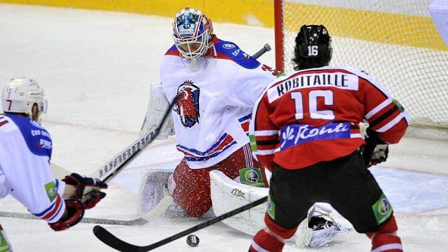 Brankář Lva Petri Vehanen a útočník Doněcku Randy Robitaille ve čtvrtém utkání čtvrtfinále play off KHL.