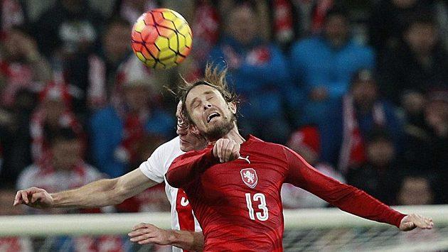 Český fotbalista Jaroslav Plašil (vpředu) ve vzdušném souboji s Krzysztofem Maczynskim během přípravného duelu s Polskem.