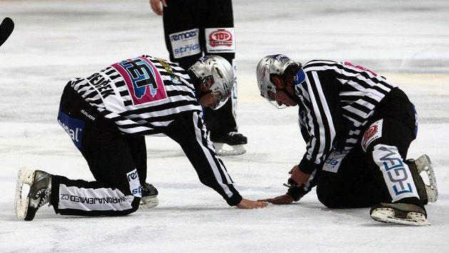 Hokejoví rozhodčí - ilustrační foto.