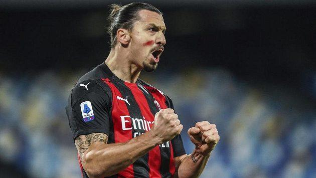 Kanonýr AC Milán Zlatan Ibrahimovic oslavuje svoji trefu v ligovém utkání proti Neapoli.