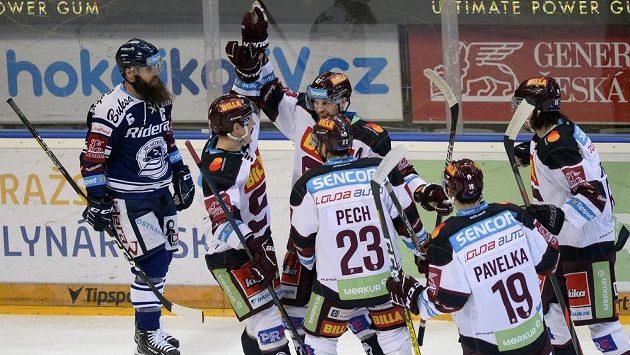 Hokejová Sparta slaví. Jan Buchtele (třetí zleva) se raduje se spoluhráči z gólu ve vítkovické síti.