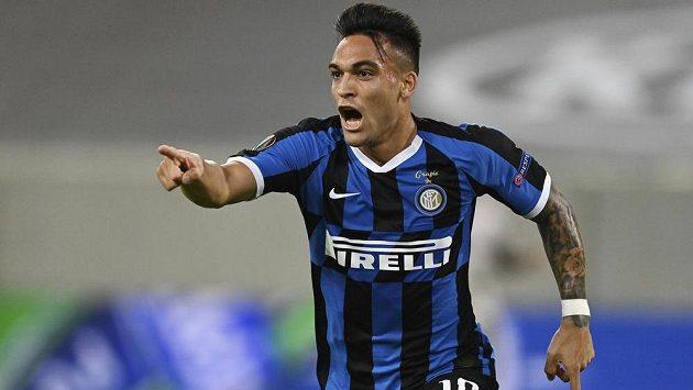 Útočník Interu Milán Lautaro Martínez se raduje poté, co vstřelil úvodní gól semifinálové bitvy Evropské ligy proti Šachtaru Doněck.