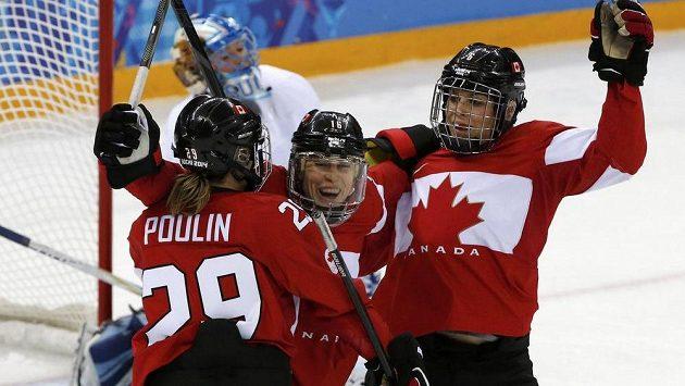 Kanaďanska Jayna Heffordová (uprostřed) se raduje se spoluhráčkami z gólu proti Finsku.