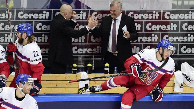 Radost trenérů Vladimíra Vůjtka (vpravo) a Jiřího Kalouse z výhry nad Švédskem.