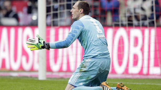 Brankář Hamburku Jaroslav Drobný na kolenou. Jeho tým dostal na půdě Bayernu pořádný výprask.