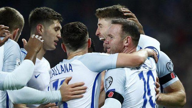 Anglický fotbalista Gary Cahill oslavuje se se spoluhráči gól proti Skotsku.