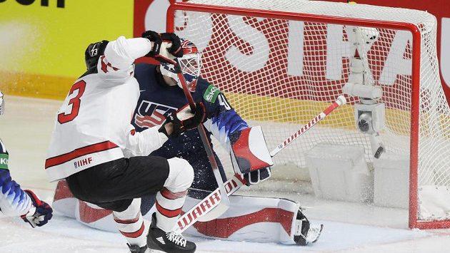 Kanaďan Brandon Pirri skóruje v semifinále MS v hokeji proti USA.