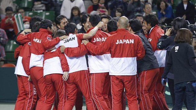Japonští tenisté oslavují svůj postup do čtvrtfinále Davis Cupu.