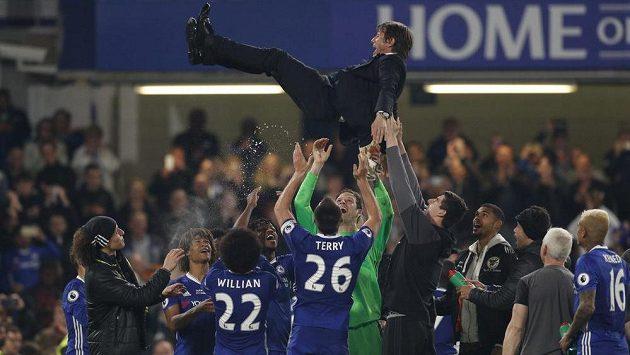 Trenér mistrovské Chelsea Antonio Conte létal po vítězství nad Watfordem nad hlavami háčů.