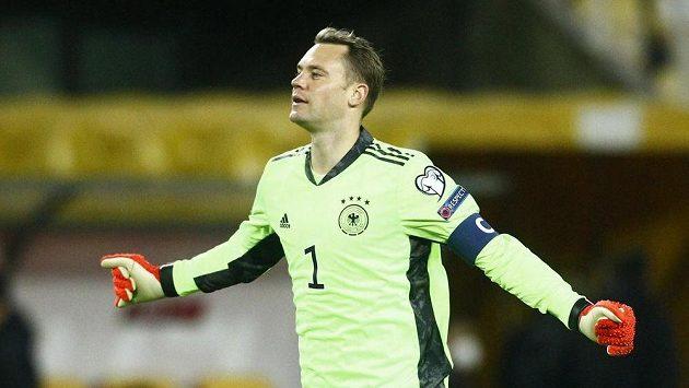 Radující se německý brankář Manuel Neuer po zápase se Severní Makedonií.