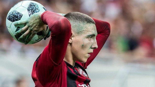 Fotbalisté se museli vypořádat i se zelenou barvou, kterou byl nabarven trávník v Trnavě