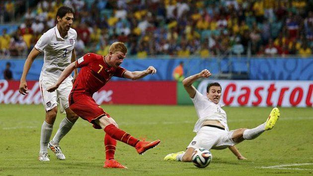 Kevin De Bruyne (uprostřed) střílí v prodloužení vedoucí gól Belgie v osmifinále proti týmu USA.