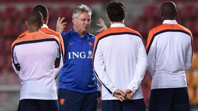Nizozemský trenér Guus Hiddink udílí hráčům pokyny během tréninku.