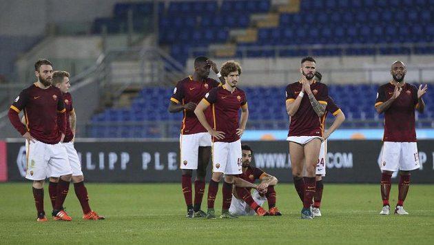 Hráči AS Řím poté, co neuspěli v Italském poháru proti Spezii.
