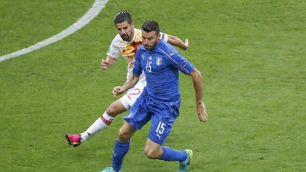 Španěl Nolito (vlevo) stíhá Itala Andreu Barzagliho.