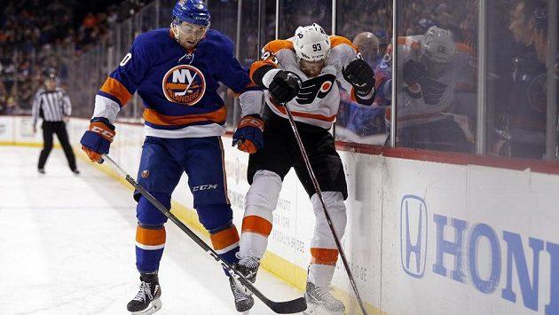 Obránce New Yorku Islanders Adam Pelech (50) se snaží zastavit v cestě za pukem Jakuba Voráčka z Philadelphie Flyers (vpravo) v utkání NHL.