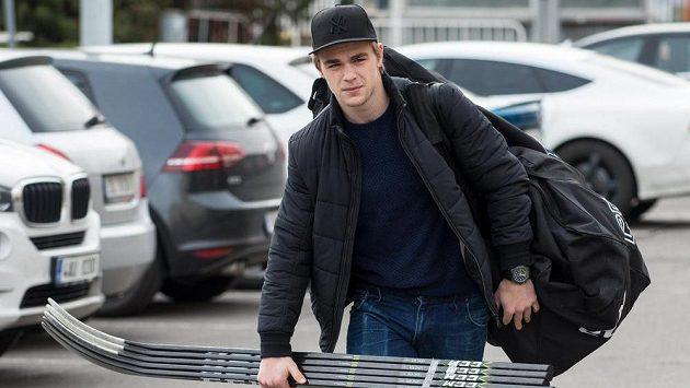 Radan Lenc přichází na sraz hokejové reprezentace v březnu 2017 v Praze.