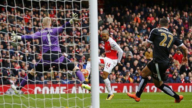 Záložník Theo Walcott z Arsenalu střílí gól do sítě Leicesteru v zápase 26. kola anglické Premier League.