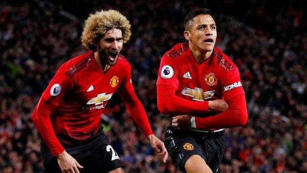 Manchesterský Alexis Sánchez (vpravo) se raduje z gólu, který rozhodl o výhře nad Newcastlem, vlevo Marouane Fellaini.