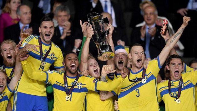 Fotbalisté Švédska oslavují vítězství ve finále mistrovství Evropy hráčů do 21 let.
