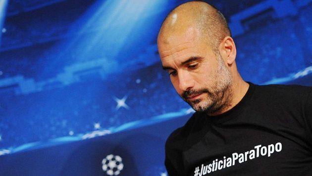 Trenér Bayernu Pep Guardiola si na tiskovou konferenci netradičně oblékl černé triko.