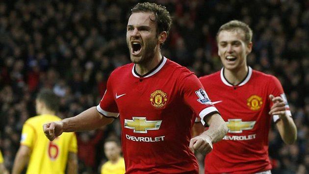 Fotbalisté Manchesteru United Juan Mata (vlevo) a James Wilson se radují z gólu proti Liverpoolu.