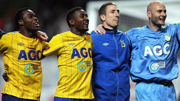Fotbalisté Teplic se radují se svými fanoušky.