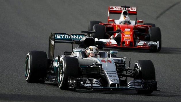 Lewis Hamilton a Sebastian Vettel během předsezónních testů v Barceloně.
