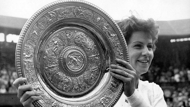 Bývalá světová tenisová jednička Brazilka Maria Buenová má rakovinu jazyka. Na snímku s trofejí z Wimbledonu, který dokázala vyhrát třikrát v kariéře.