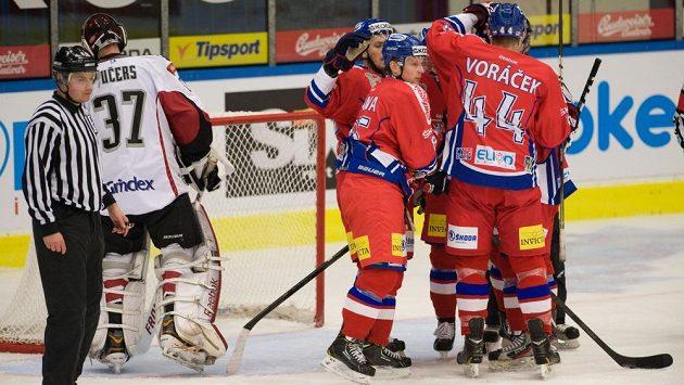 Čeští hokejisté se radují ze vstřelení gólu do sítě Lotyšska.