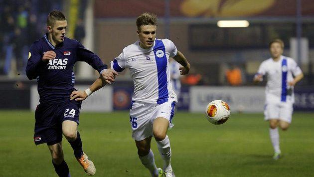 Jeffrey Gouweleeuw z Alkmaaru a liberecký Jevgen Budnik v utkání Evropské ligy.