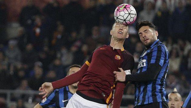 Edin Džeko z AS Řím (vlevo) v hlavičkovém souboji s Danilem D'Ambrosiem z Interu Milán.