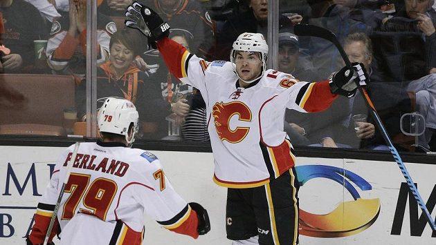Útočník Calgary Flames Michael Frolík (vpravo) slaví se spoluhráčem Michealem Ferlandem gól v síti Anaheimu.