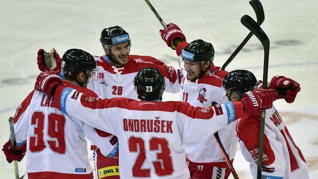 Hokejisté Olomouce se radují z třetího gólu. Druhý zprava je jeho autor Miroslav Holec.