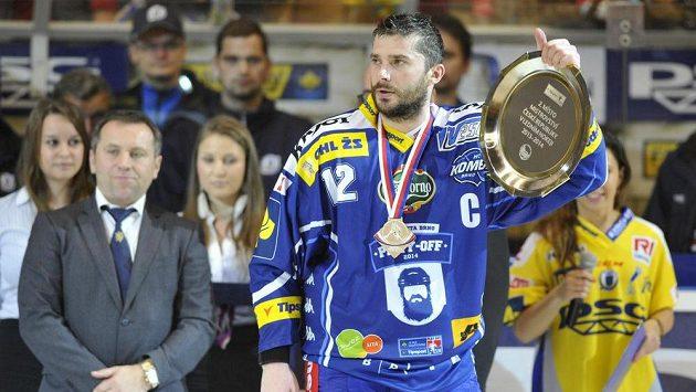 Kapitán Komety Leoš Čermák s trofejí pro vicemistra ligy.