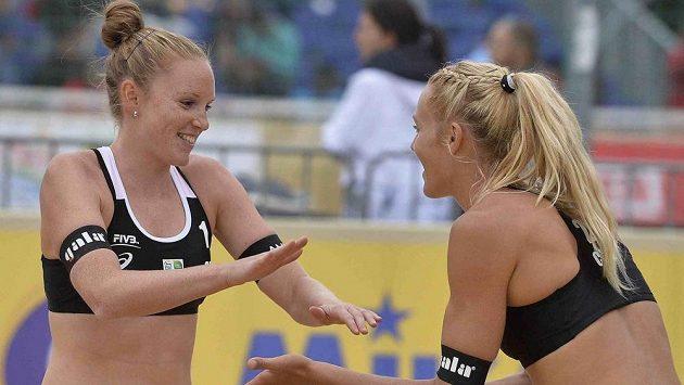 Kristýna Hoidarová Kolocová (vlevo) si vítězný pozdrav s Michalou Kvapilovou užívá čím dál častěji.