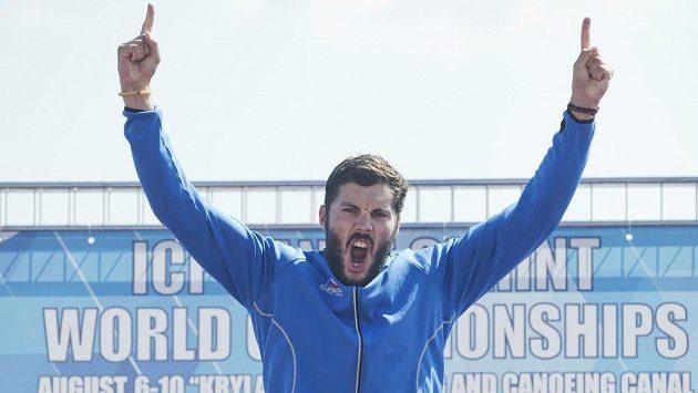 Kajakář Josef Dostál se raduje z vítězství na mistrovství světa v kategorii K1.